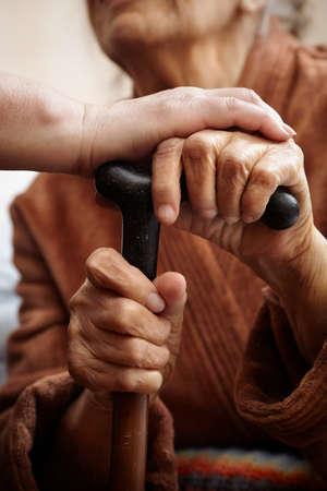 apoyo familiar: ayudar a adultos mayores en el hospital