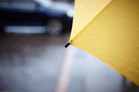 precipitaci�n: Paseo lluvia con sombrilla amarilla, enfoque selectivo en parte con gota  Foto de archivo