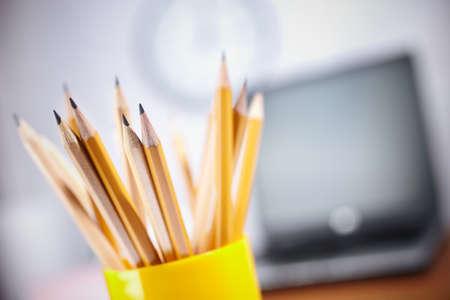 articulos oficina: concepto de oficina con lápices diferentes cerca de enfoque selectivo en profundidad más cercana, poca profundidad de campo  Foto de archivo