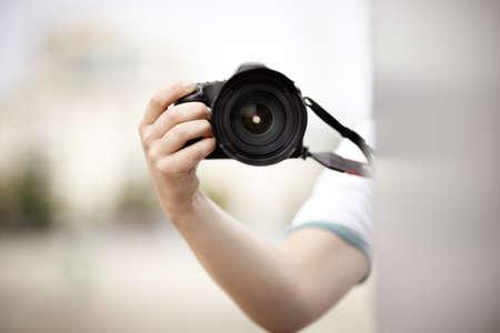 sconosciuto: sconosciuto paparazzi o della traversa con la macchina fotografica professionale, luce naturale, messa a fuoco selettiva sulla lente della telecamera Archivio Fotografico