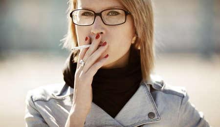 joven fumando: fumar
