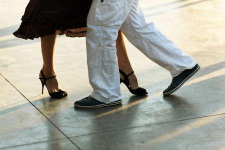 pareja bailando: el tango en la calle
