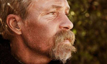 vagabundos: la vida de la calle retrato masculino, enfoque selectivo en ojo