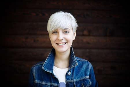 hair short: feliz mujer joven rubia