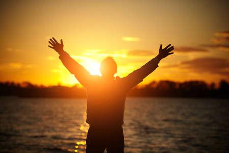Człowiek o zachodzie słońca