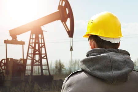 trabajador petrolero: Aceite de los trabajadores en el casco amarillo Foto de archivo