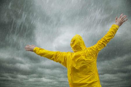 uomo sotto la pioggia: Felice stagione delle piogge Archivio Fotografico
