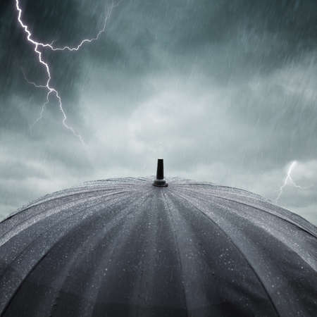 tormenta: paraguas negro húmedo, enfoque selectivo en el centro de la foto