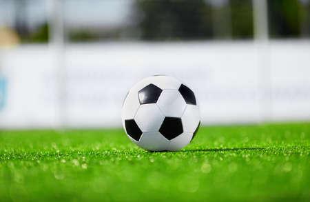 pelota de futbol: f�tbol nuevo y limpio pelota en el campo Foto de archivo