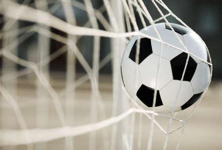 pelota de futbol: Bal�n de f�tbol de entrar en red de la porter�a Foto de archivo