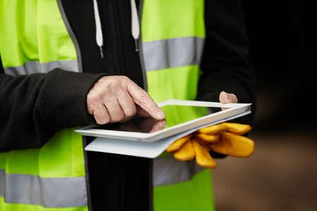 seguridad en el trabajo: constructor con la tableta Foto de archivo