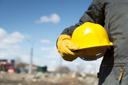 黄色のヘルメットと手袋、セレクティブ フォーカス ビルダー