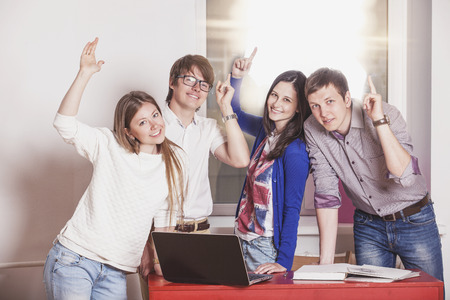 Mensen vrienden thuis werken aan de tafel met laptop Stockfoto