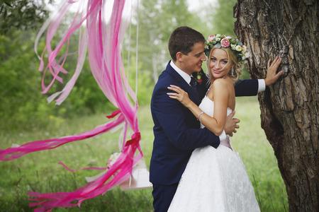 De bruid en bruidegom bij de boom
