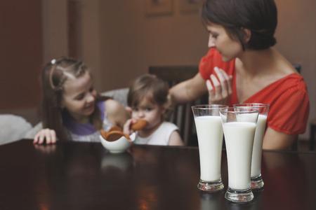 De moeder en kinderen thuis happy Stockfoto