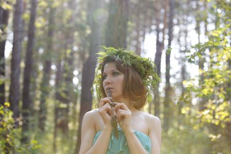 clave sol: Modelo hermoso en un bosque con una llave de la vendimia y el reflejo del sol