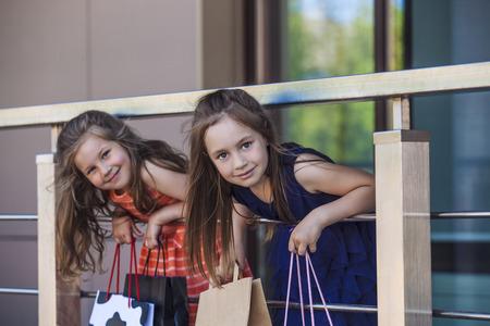Kinderen meisjes dames te midden van het winkelcentrum in de stad