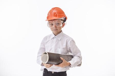 Kind van de jongen in een beschermende helm en bril met een bouwtekening. Studio, geïsoleerde, Builder, wit.