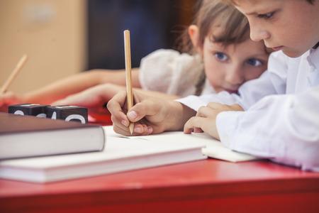 Jongen, meisje kinderen in de school heeft een gelukkig, nieuwsgierig, slim. Onderwijs, dag van de kennis, wetenschap, productie, pre-school.