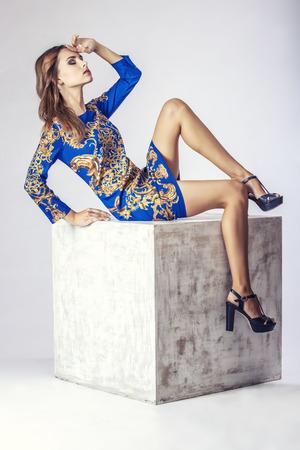 ファッションモデルの美人スタジオ撮影。ファッション、美容、セクシー、化粧、服、笑います。