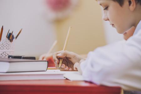 escuela primaria: Boy, los ni�os en la escuela tiene una inteligente alegre, curioso,. Educaci�n, d�a de los conocimientos, la ciencia, la generaci�n, la ense�anza preescolar.