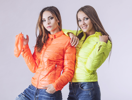 Fashion-Modelle zwei schöne Frauen Studio Fotografie. Mode, Schönheit, sexy, Verjüngungskur, Paar, Kleidung, Kochende