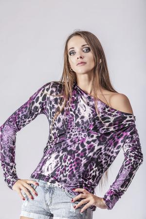 chicas guapas: Modelo de manera hermosa mujer Fotograf�a de estudio. Moda, belleza, sexy, el maquillaje, la ropa, la risa
