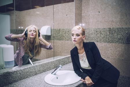 バスルームであなたの夢の反射と鏡の前で美しい女性実業家