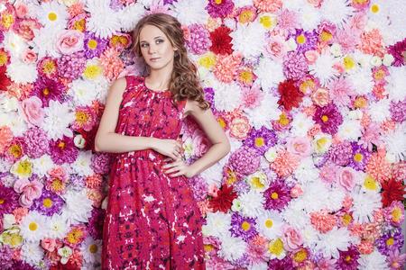 Portret van mode mooie vrouw, zoet en sensueel met luxe makeover en haar op de achtergrond kleuren bloemen Stockfoto