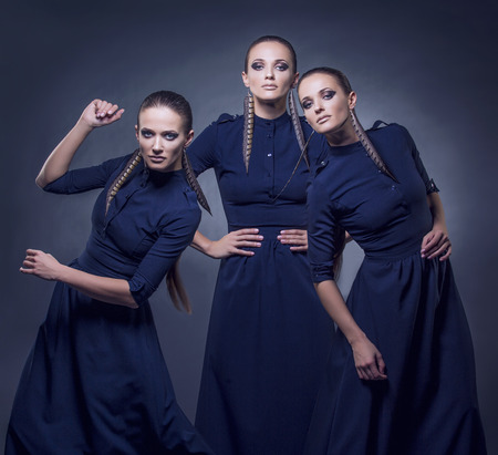 modelos posando: hermosas mujeres modelo en ropa de moda y accesorios disparo aislado en un fondo negro en el estudio