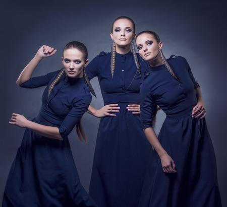 Modello belle donne in abiti alla moda e accessori colpo isolato su uno sfondo nero in studio
