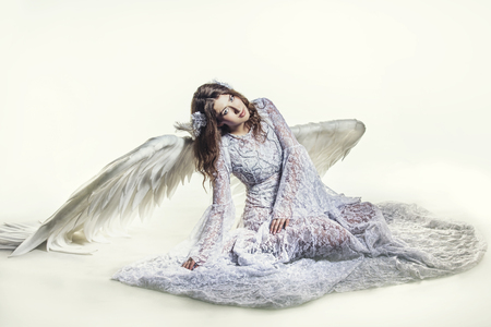 Vrouw engel met witte vleugels kostuum in religieuze zin