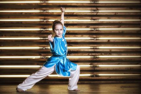 格闘技のためのスポーツウェアの部屋でかわいい女の子は武術やカンフー 写真素材 - 72478238