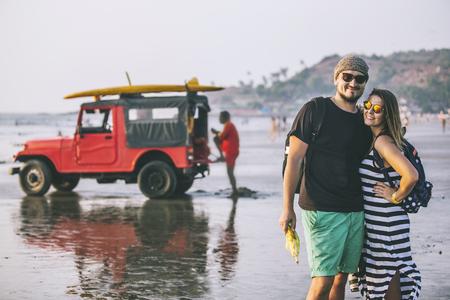 ビーチで幸せな若い美しいカップルの男女。