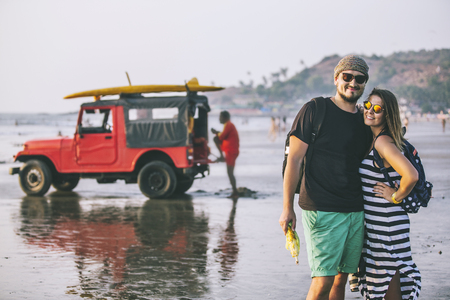 Gelukkige jonge mooie paarman en vrouw op het strand.