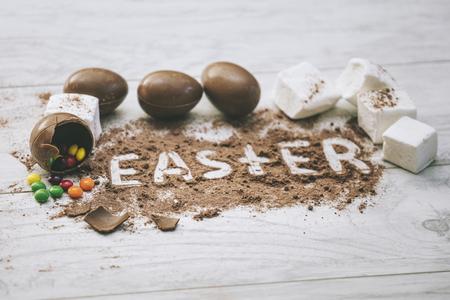 マシュマロとテーブルの上のイースターを言うココアでチョコレートのイースターエッグ