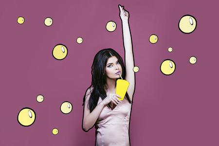 모델 여자 젊고 젊고 아름 다운 팝 아트 스타일 분홍색 배경에 그려진 된 노란색 유리 짚 및 마시는