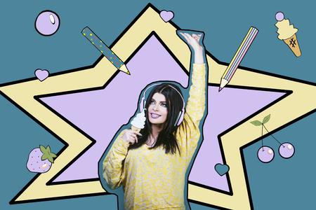 Modelvrouw jong en mooi in de stijl van pop-art op een blauwe achtergrond met een beeld van hoofdtelefoons en roomijs Stockfoto