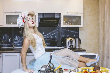 Jonge mooie vrouw bij de keukenlijst die een sexy Italiaanse sexy maaltijd voorbereiden