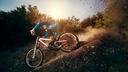 下り坂のマウンテン バイク。若い男が自転車に乗るサイクリスト。