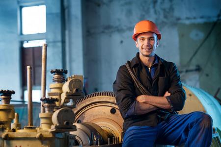 turbina de vapor: Retrato de un trabajador en el casco cerca de la turbina de vapor. Foto de archivo