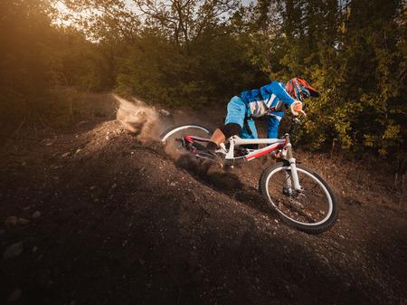 マウンテン バイク自転車乗って森林を日の出ヘルシー現役選手で追跡します。ダウンヒル サイクリング。
