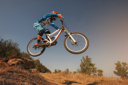 andando en bicicleta: Mountain Bike salto ciclista. Bicicleta de descenso. Ciclismo deportes extremos.