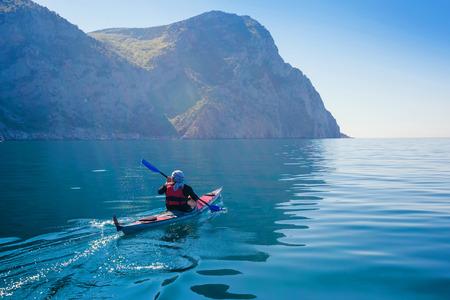 Kajak. Mensen kajakken in de zee. Activiteiten op het kalme blauwe water.