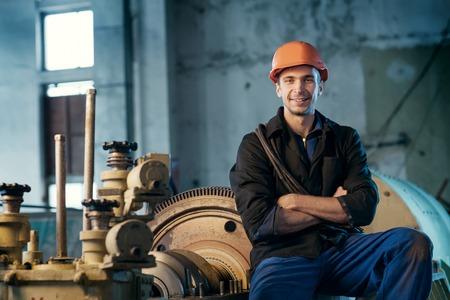 turbina de vapor: Retrato de un trabajador en el casco cerca de la turbina de vapor Foto de archivo