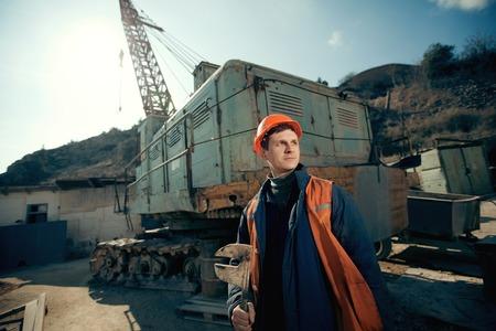 trabajando duro: Retrato del hombre del trabajador en casco en la carrera m�a.