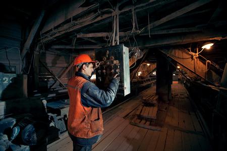actief mijnen in de helm drukt op een knop op de afstandsbediening van de transporteur