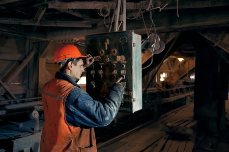 coal miner: operating mines in the helmet presses a button on the remote control of the conveyor