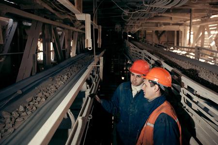carbone: due geometri maschi che lavorano presso il sito minerario Archivio Fotografico