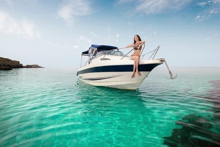 bateau voile: belle jeune fille assise sur un yacht en mer. Détente sur l'eau Banque d'images